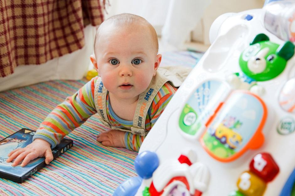 Pesquisadores descobrem que bebês que brincam com telas dormem menos