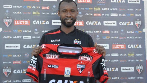 Atlético Goianiense apresenta volante Marcão