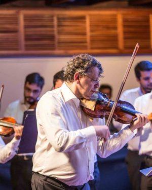 Maestro holandês David Rabinovich rege Filarmônica de Goiás no Teatro Goiânia