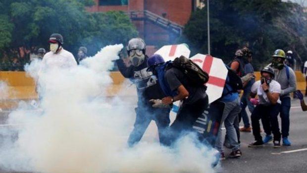 Oposição da Venezuela boicota encontro com Maduro; confrontos se intensificam