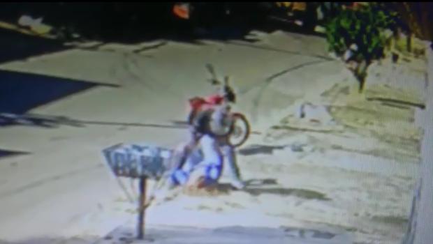 Homem é preso após lutar com mulher por celular durante assalto