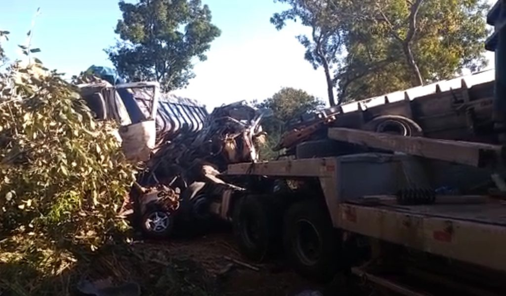Dois homens morrem em colisão de veículo com caminhões, em Santa Tereza