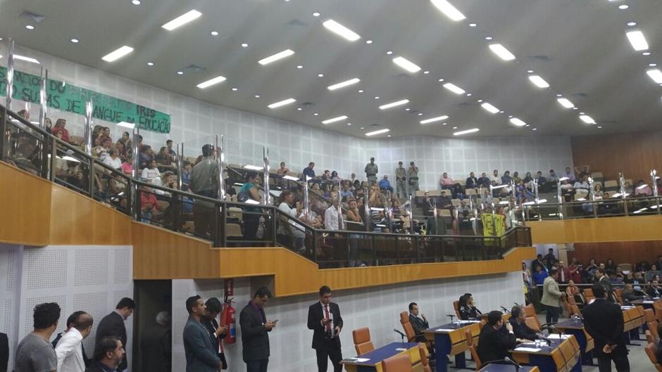 Servidores da Educação municipal protestam na Câmara