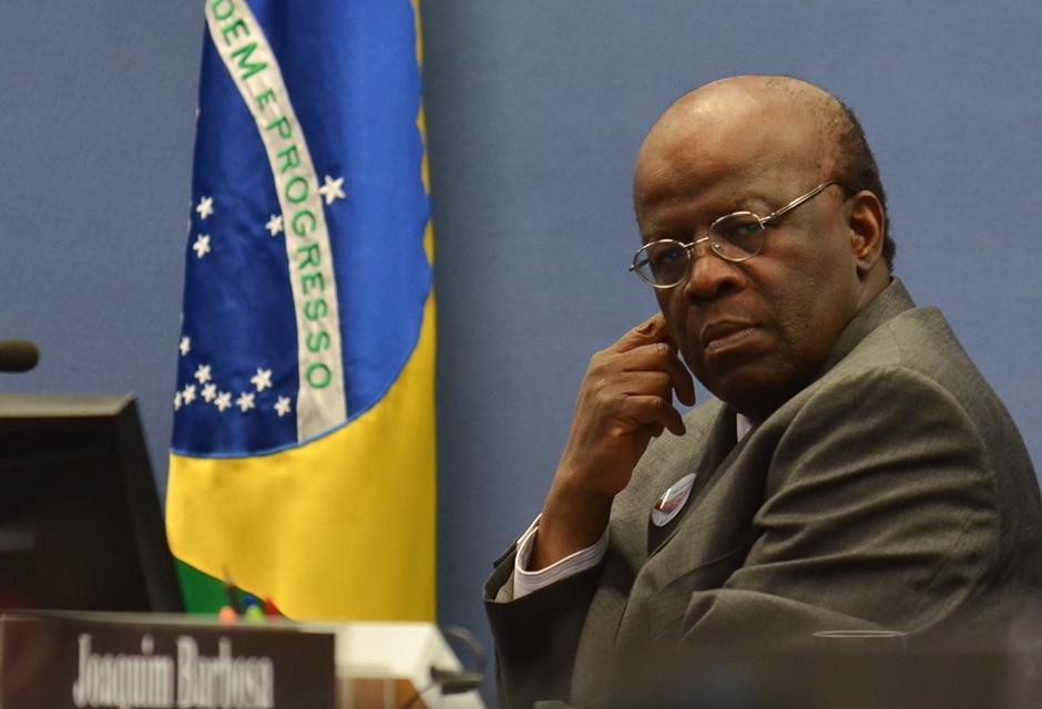 Brasileiros devem se mobilizar e exigir renúncia de Temer, diz Joaquim Barbosa