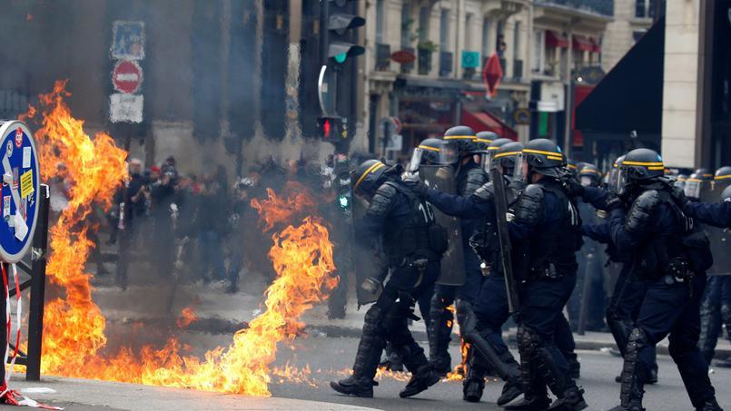 Polícia e manifestantes se enfrentam em Paris durante marcha pelo 1º de Maio