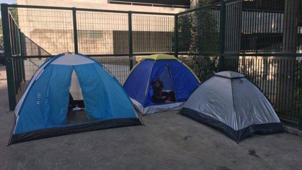 Fãs de Ariana Grande começam a acampar para shows da cantora no Brasil