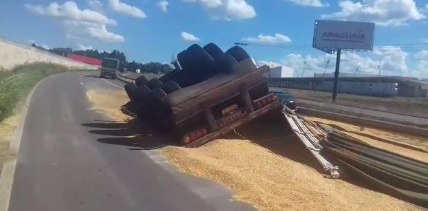 Caminhão carregado com 25 toneladas de milho capota na BR-060 e interdita rodovia