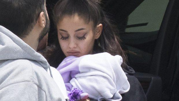Ariana Grande chega aos Estados Unidos e é confortada pela família na Flórida