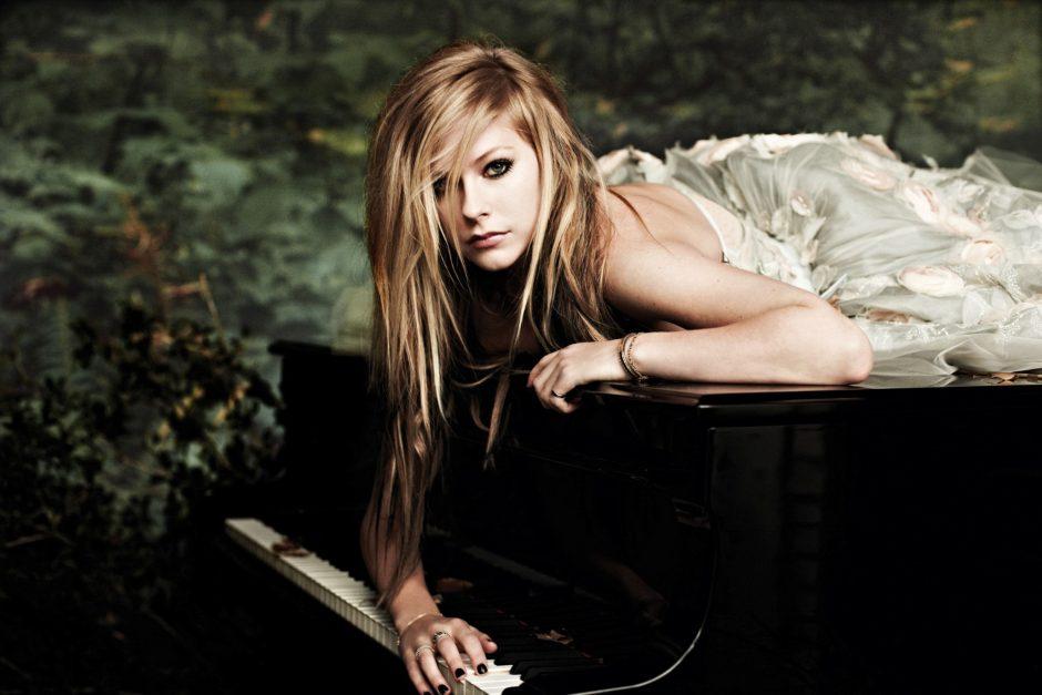 Avril Lavigne publica foto misteriosa e fãs acreditam que seja dica sobre álbum