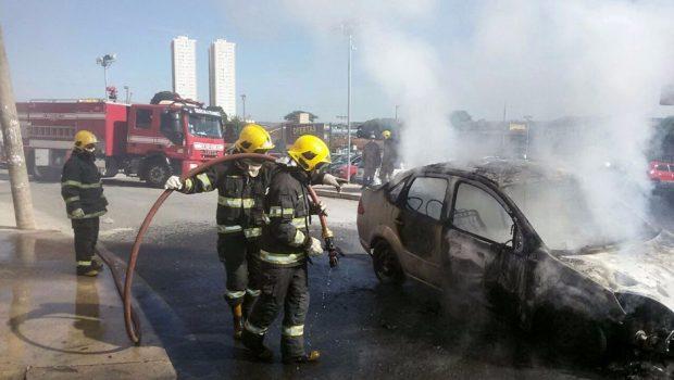 Carro pega fogo em rua de Campinas, em Goiânia