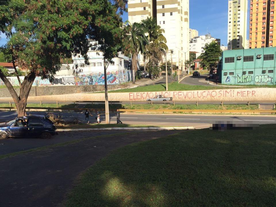 Mulher morre em capotamento na Marginal Botafogo, em Goiânia