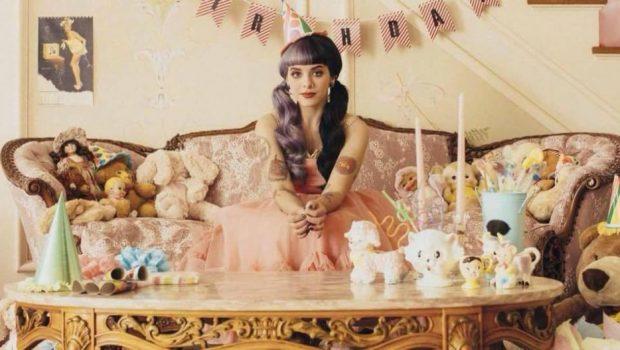 """Melanie Martinez se prepara para o lançamento de um novo clipe, """"Mad Hatter"""""""
