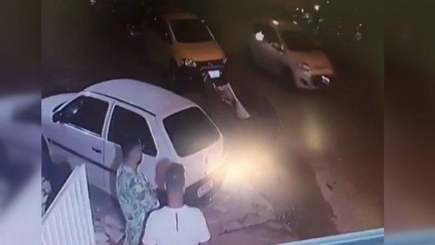 Desconhecidos descarregam pistola em porta de casa onde acontecia uma festa, em Goiânia