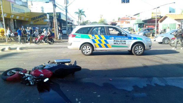 Em perseguição policial, motociclista morre após colidir em ônibus e ser atropelado, em Goiânia