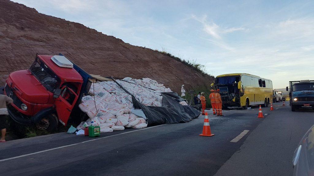 Colisão traseira entre ônibus e caminhão deixa mais de 20 feridos em Santo Antônio do Descoberto