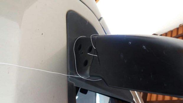 Carro de moradora do Setor Urias Magalhães é danificado por linha com cerol