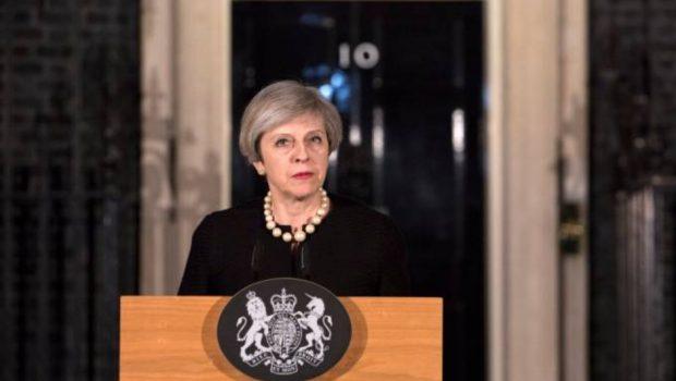 """Primeira Ministra da Inglaterra classifica explosão em show como """"terrível ataque terrorista"""""""