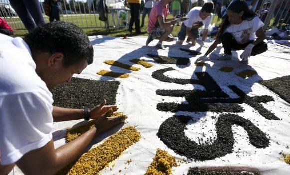 Jovens de todo o DF fazem tapetes tradicionais de Corpus Christi na Esplanada