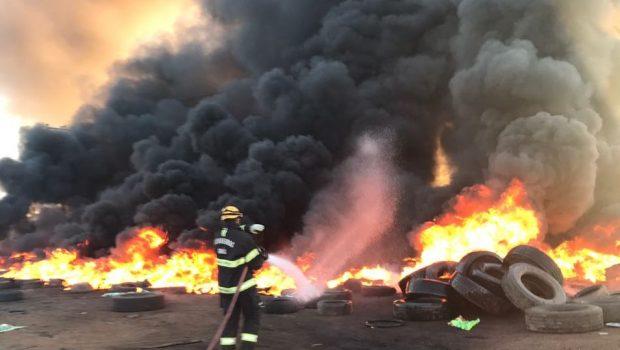 Bombeiros combatem incêndio em depósito de pneus em Águas Lindas de Goiás