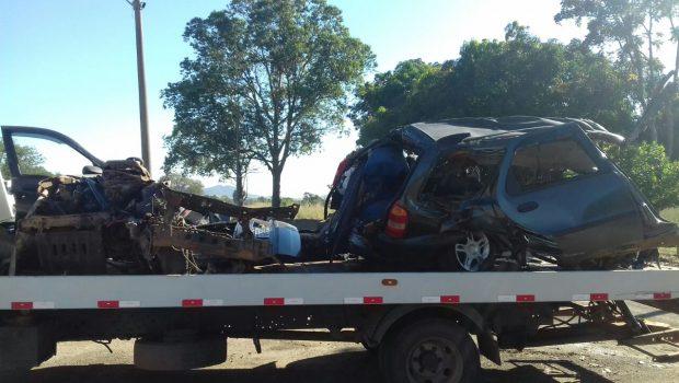 Colisão frontal entre carro e caminhão deixa quatro mortos na BR-153, em Campinorte