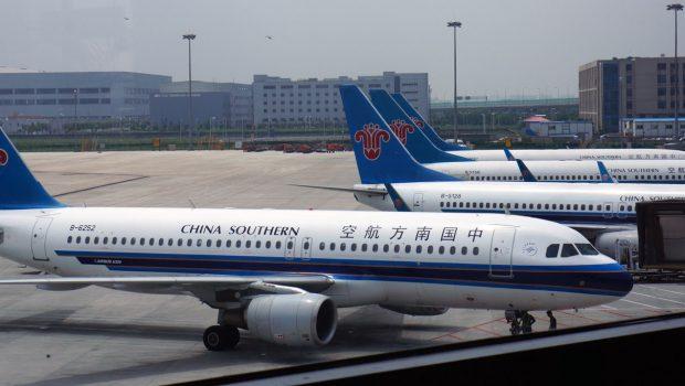 Avião é evacuado em Xangai após idosa jogar moedas no motor