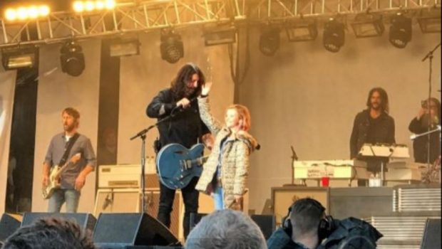 Em show, Foo Fighters mostra nova música e filha de Dave Grohl toca bateria