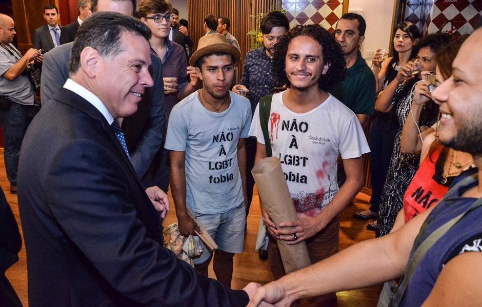 Na Cidade de Goiás, Marconi apoia protesto de jovens contra homofobia