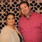 O casal, a empresária Liliane Evangelista e pecuarista Adriano Nogueira receberam os convidados na nova Encanti Festas.