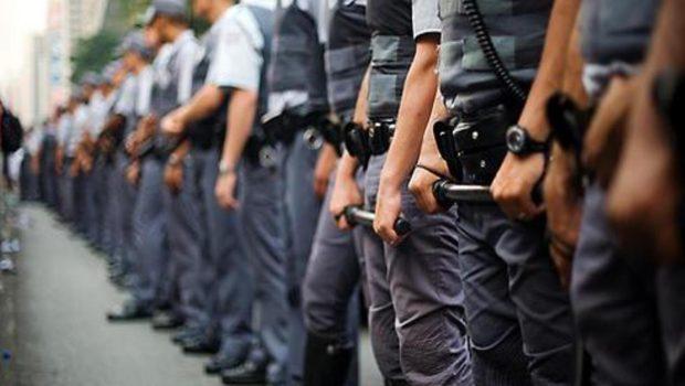 Policiais militares necessitam de formação voltada à defesa da democracia, avaliam especialistas