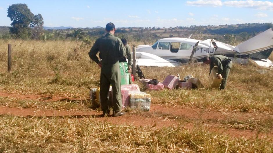 FAB intercepta avião bimotor com meia tonelada de cocaína, em Goiás