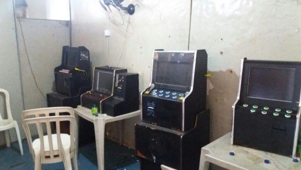 Operação da Polícia Civil apreende cinco máquinas caça-níqueis e prende oito na Vila Canaã