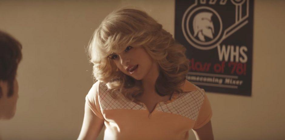 Selena Gomez interpreta vários personagens no vídeo de 'Bad Liar'