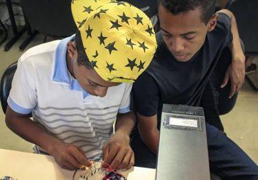 Reciclagem de lixo eletrônico dá origem a projetos sociais