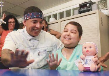 Daddy Yankee canta 'Despacito' com menina internada em hospital de Madrid; assista