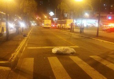 Mulher morre atropelada por ônibus do transporte coletivo, em Goiânia