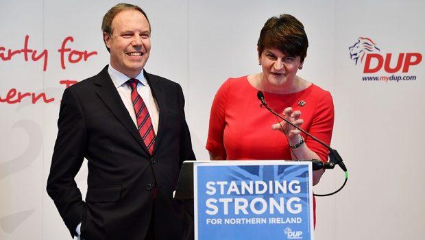 """Governo May descarta """"grande pacto"""" de coalizão com partido irlandês"""