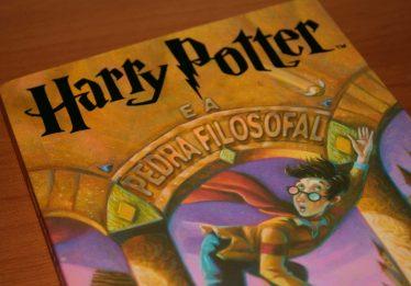 'Harry Potter e a Pedra Filosofal' completa 20 anos nesta segunda-feira (26)
