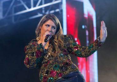 Fã joga cerveja no palco e Marília Mendonça se irrita: 'Jogue na sua avó'