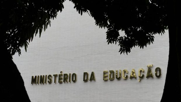MEC contraria discurso e congela verba da educação básica, além das faculdades