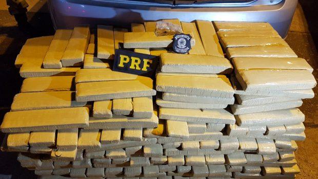 Motorista fura bloqueio policial e é preso com 290 quilos de maconha na BR-060