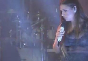 Homem invade palco, derruba Simaria e leva soco de Simone; assista ao vídeo