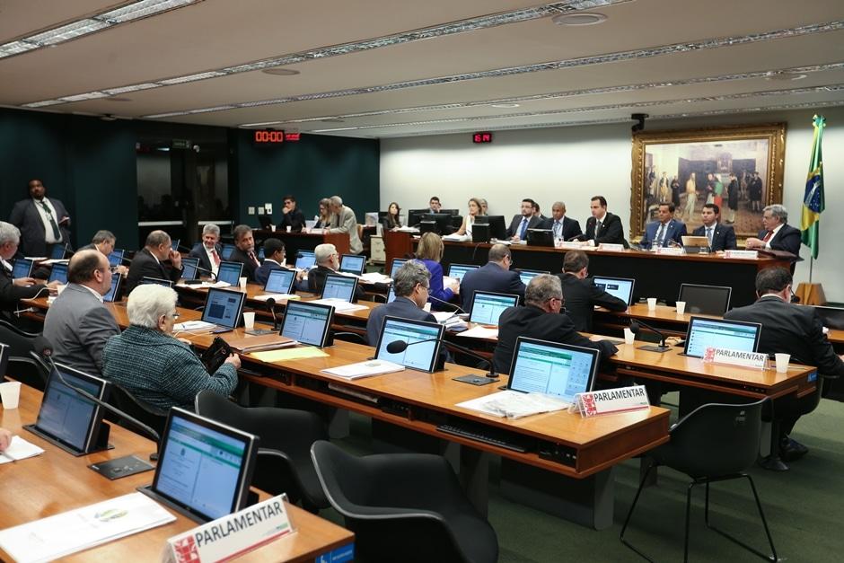 CCJ suspende sessão que analisa denúncia contra Temer; debates seguem nesta quinta-feira