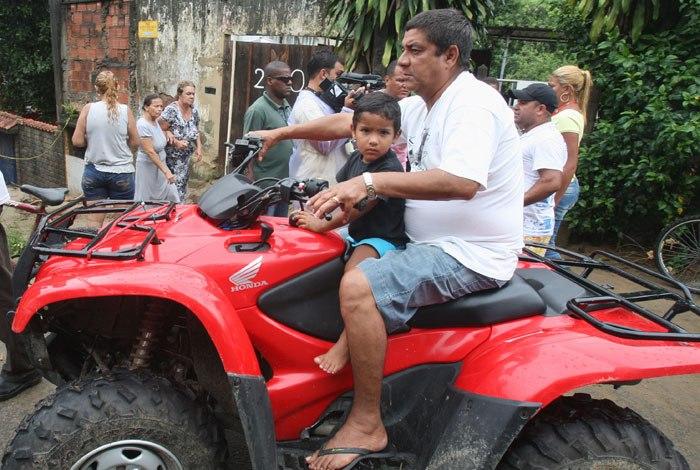 Cantor Zeca Pagodinho deixa hospital após acidente com quadriciclo