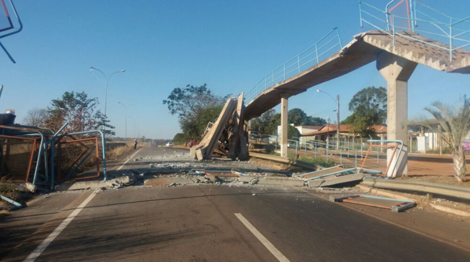 Caminhão atinge passarela e estrutura desaba, em Carlândia