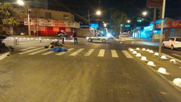 Colisão com ambulância que transportava paciente deixa motociclista morto no Setor Bueno