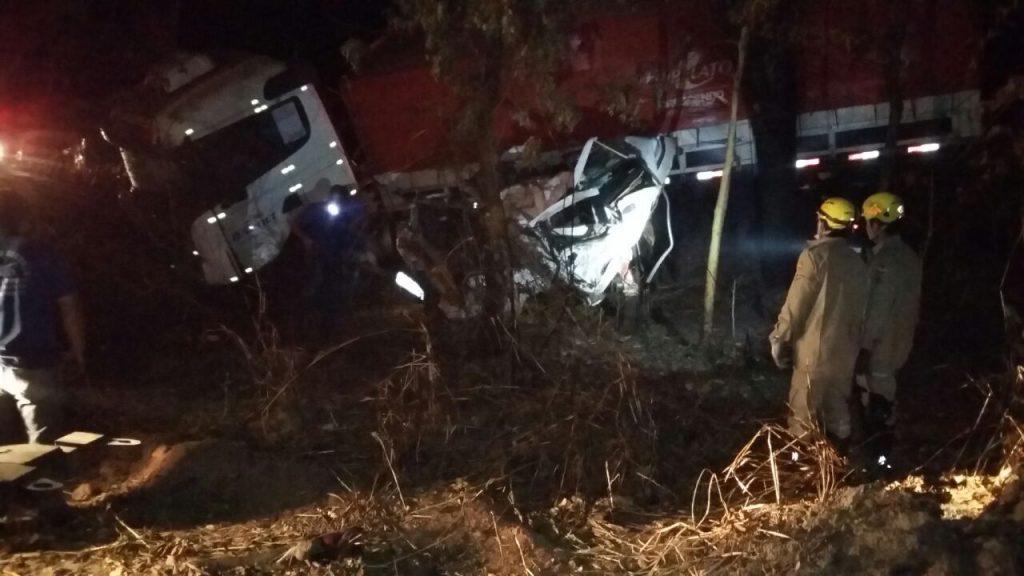 Colisão frontal entre caminhonete e carreta deixa um morto na BR-153, em Uruaçu