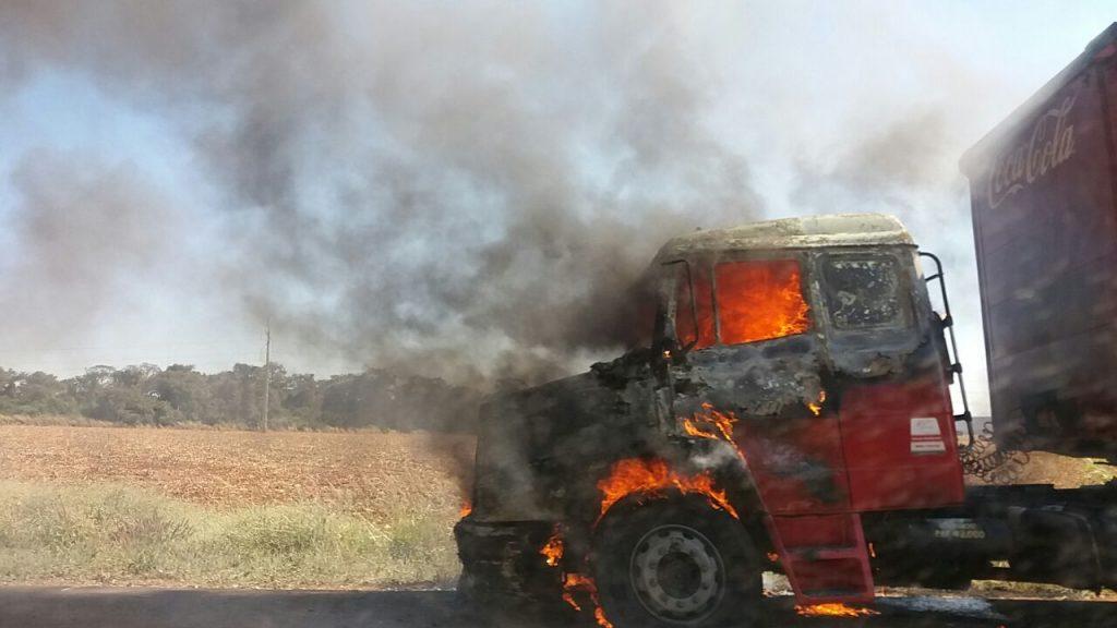 Caminhão da Coca-Cola pega fogo na BR-060, próximo a Rio Verde