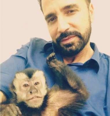 Após anunciar perda e se emocionar, Latino encontra macaco de estimação