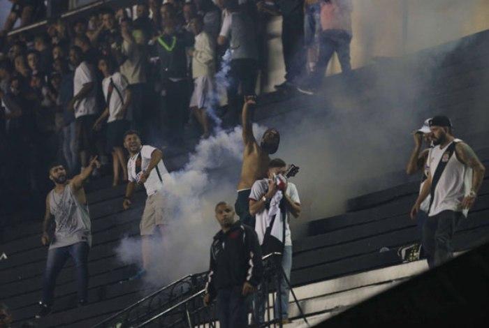 Jogo entre Vasco e Flamengo termina em confronto com a PM; um torcedor morreu