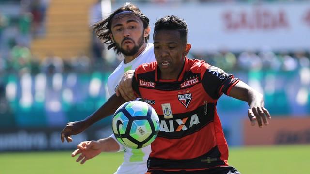 Atlético-GO bate Chapecoense de virada e volta a vencer após nove rodadas